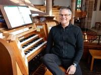 Michael Mikolaschek (Foto: privat) ist ein Multitalent. Am Kontrabass, Klavier und Orgel spielt und komponiert er Querbeet alle Stilrichtungen